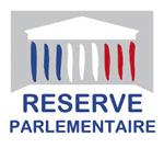 Logo de la Réserve Parlementaire, fronton de l'Assemblée sur fond gris avec les colonnes en bleu, blanc et rouge